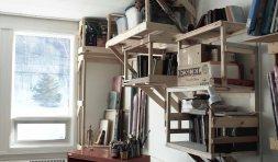 ...bois et vis récupérés à partir de panneaux qui obstruaient les fenêtres et d'anciens chevalets dont j'ai perdus les boulons.
